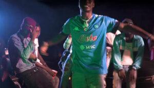 Osimhen superstar: rapper nigeriano gli dedica una canzone | VIDEO